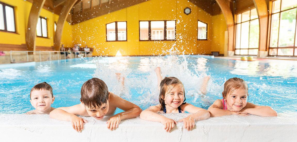 Let's Swim Kinderschwimmen. Kinder am plantschen.